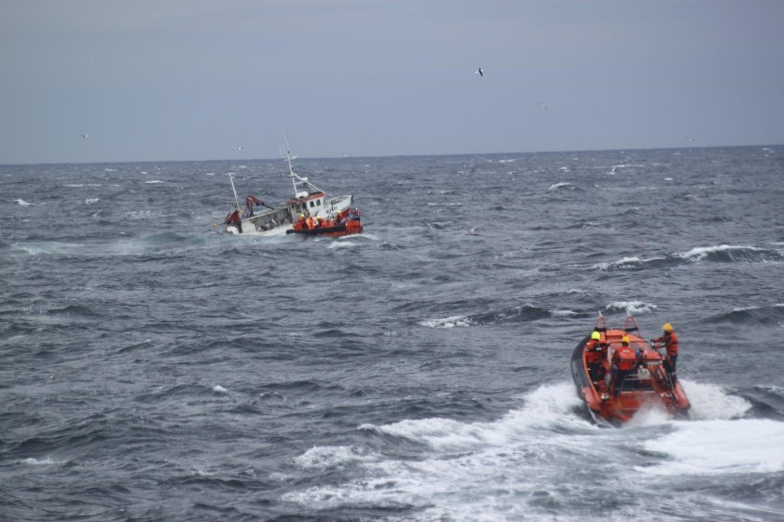 Det var bare snakk om sekunder fra kaptein Endre Jakobsen kom seg over i letttbåten til hele hekken var under vann.