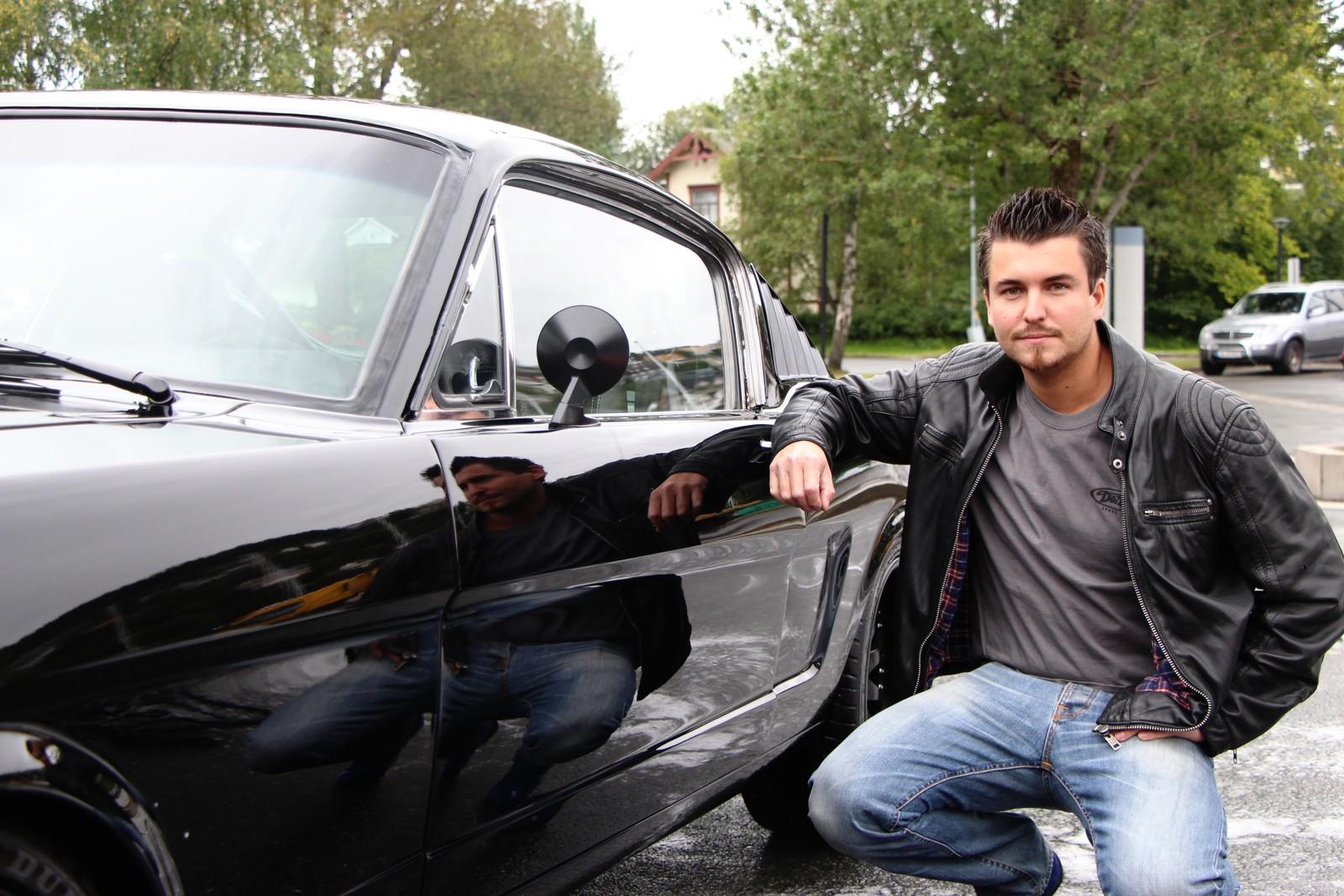 Kim Nordbotn fra Trondheim stiller ut sin Ford Mustang.