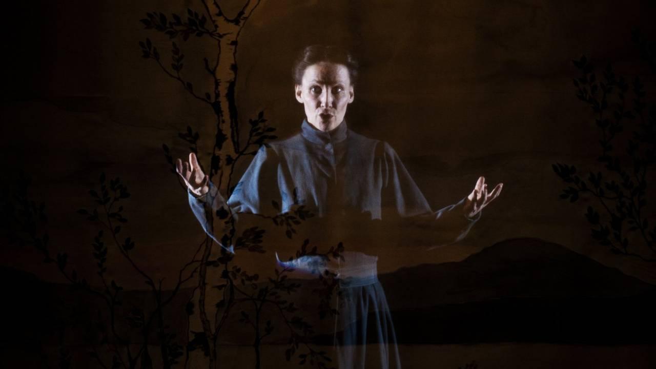 Cecilia Persson i forestillingen fra Åarjelsaemien Teatere og Turnéteatret i Trøndelag om Elsa Laula Renberg