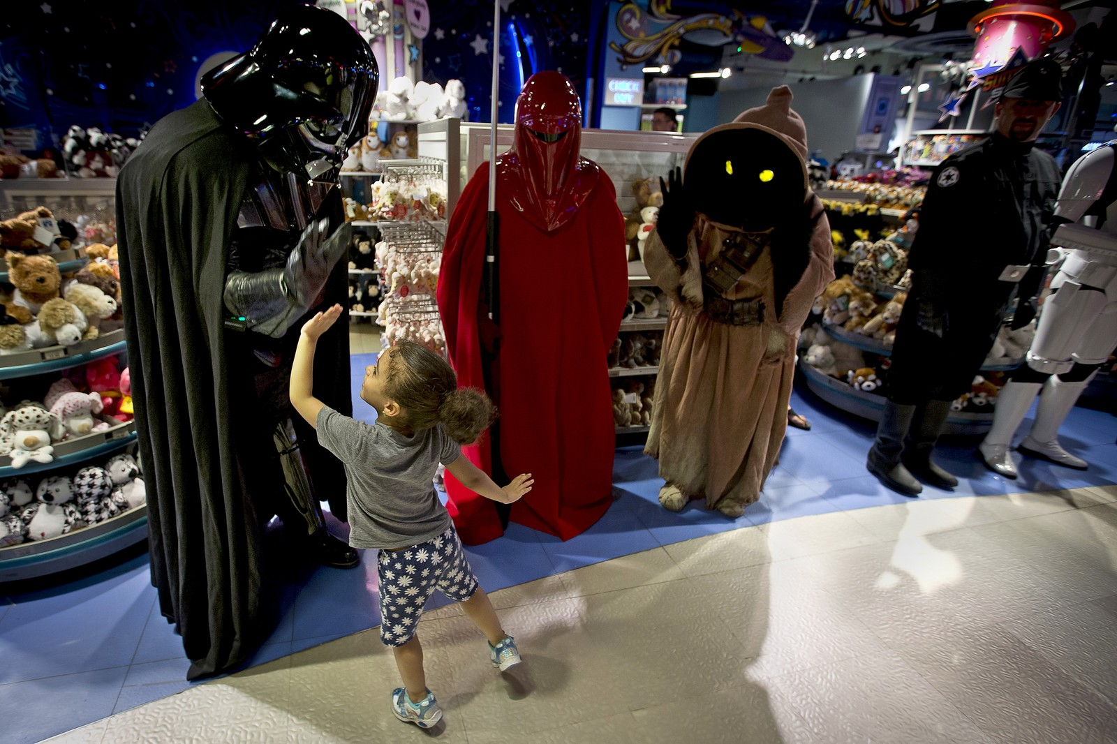 """Kraften var sterkt tilstede i denne butikken på Times Square da nye leker ble lansert i forbindelse med den nye Star Wars-filmen """"The Force Awakens""""."""