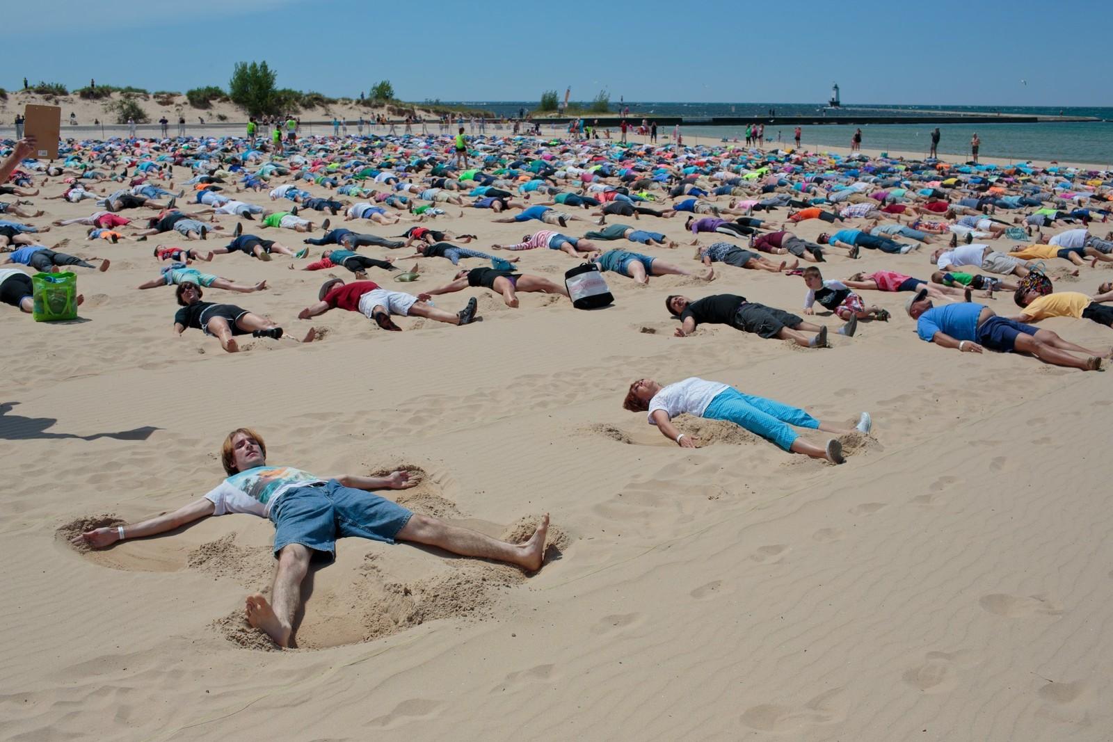 Ny verdensrekord i å lage sandengler ble satt i Michigan, USA søndag. 1414 samtidige utøvere gjorde sitt for å slå den forrige rekorden, som var på 350.