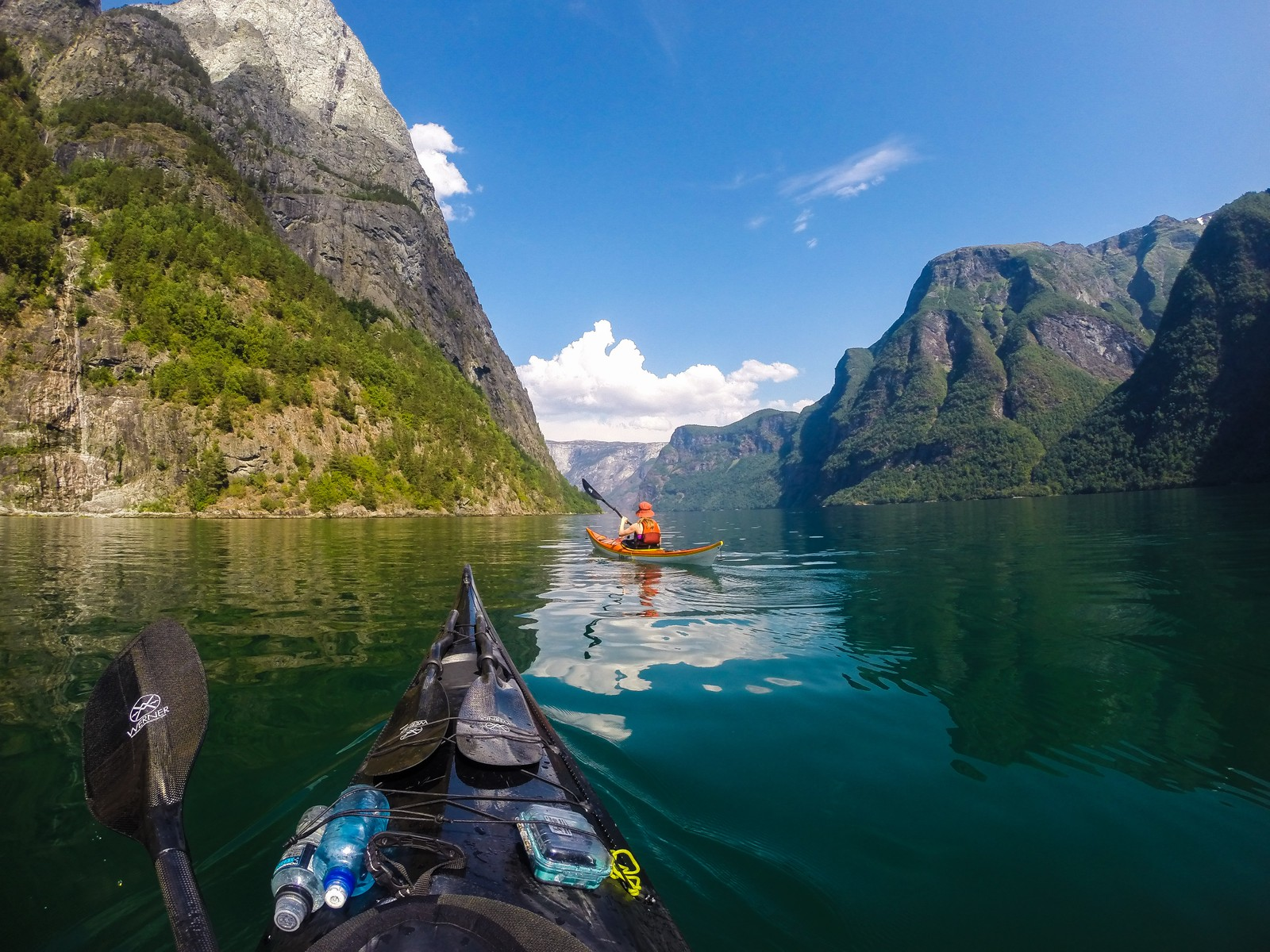 NÆRØYFJORDEN: – Padling er en mye mindre fysisk krevende aktivitet, der man kan slappe av og samtidig komme i mental balanse, sier Furmanek. Her fra Nærøyfjorden.