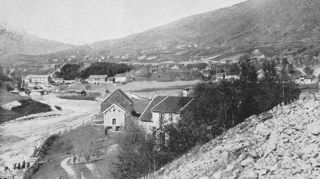 Garden Bahus der distriktslege Ole Benjamin Schøyen budde. I dag ligg Quality Hotel Sogndal der. Ukjend fotograf.