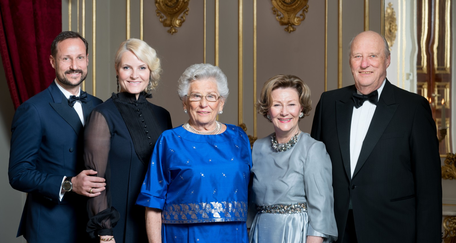Prinsesse Astrid (midten) sammen med f.v. kronprins Haakon, kronprinsesse Mette-Marit, dronning Sonja og kong Harald på Slottet i Oslo fredag, i forbindelse med at kongeparet holdt en middag for prinsessen i anledning hennes 85-årsdag 12. februar 2017.