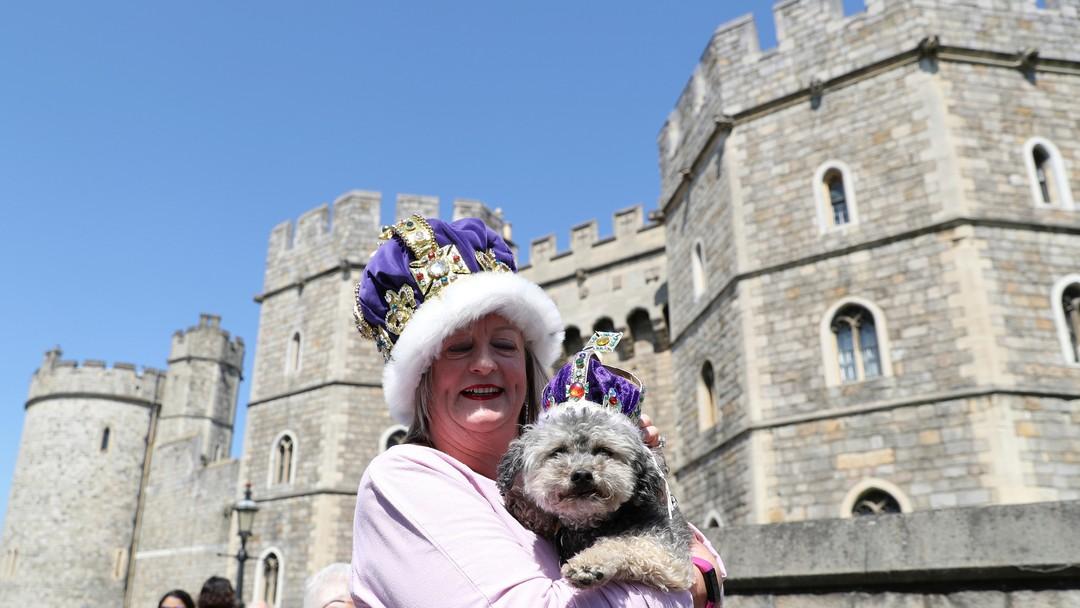 Caroline Wagstaff og hennes hund Boots utenfor Windsor Castle.