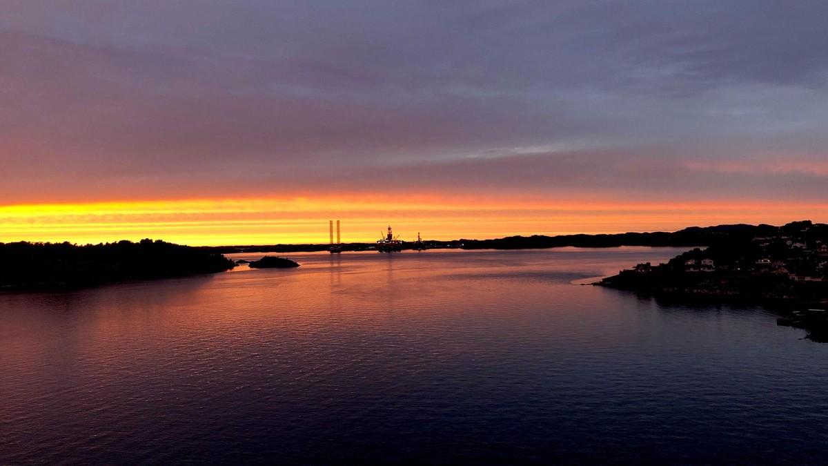 ROSA HIMMEL PÅ ASKØY: Slik så solnedgangen ut ved Hetlevik på Askøy i forrige uke. En rekke steder i sør-Norge kunne man se lyset som skyldtes røyk fra skogbrannene i USA.