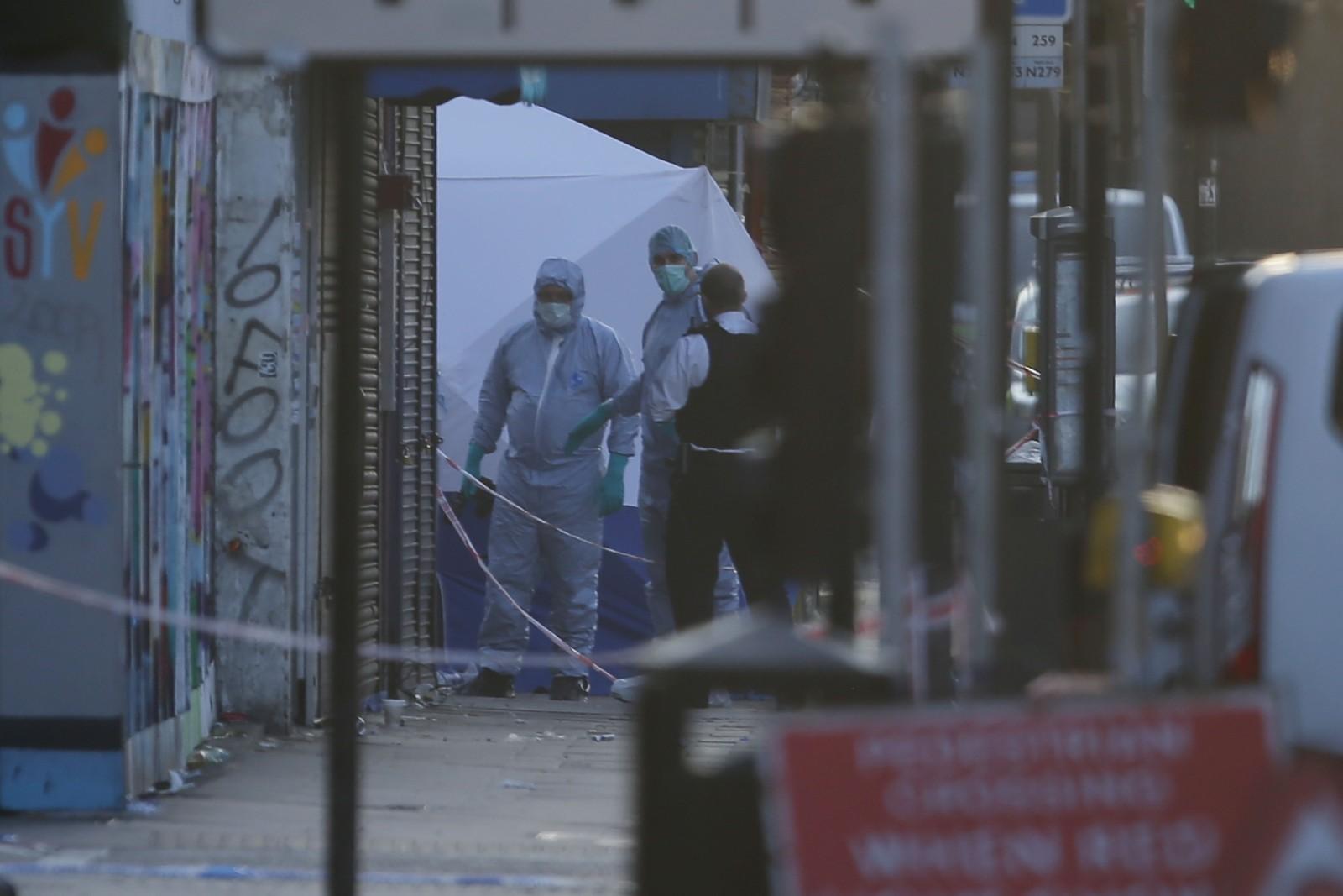 Kriminalteknikere undersøker åstedet der én mann døde.