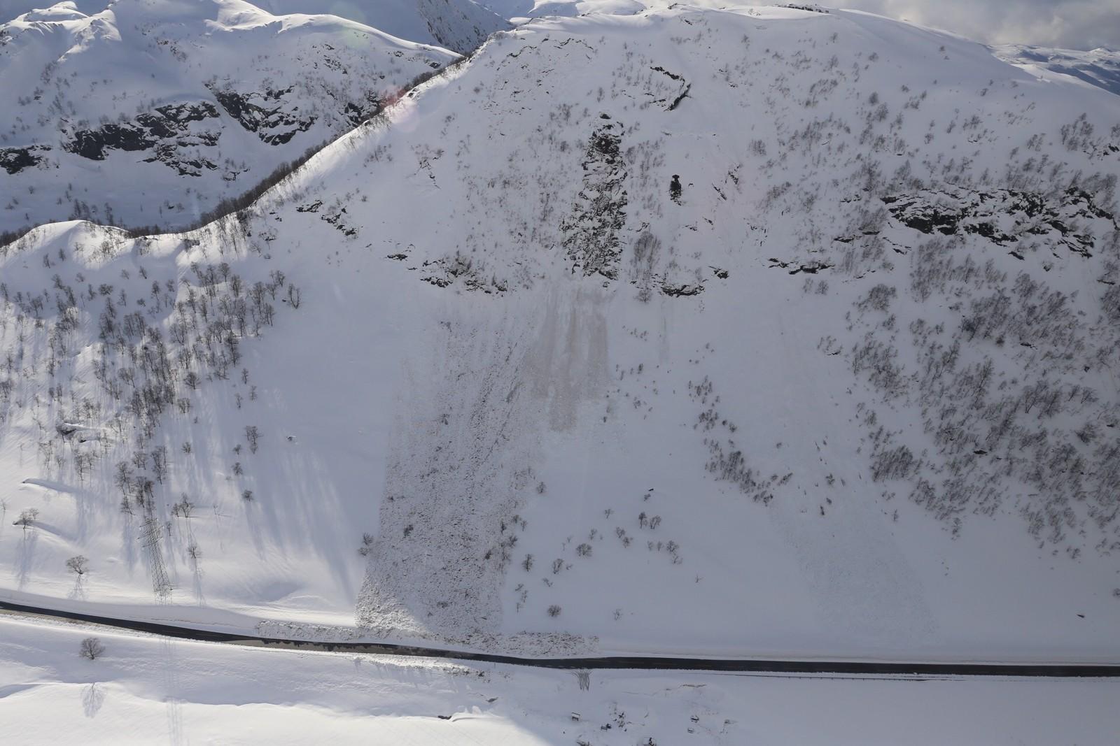 Elleve personar i fire bilar vart dekka av snømengdene.