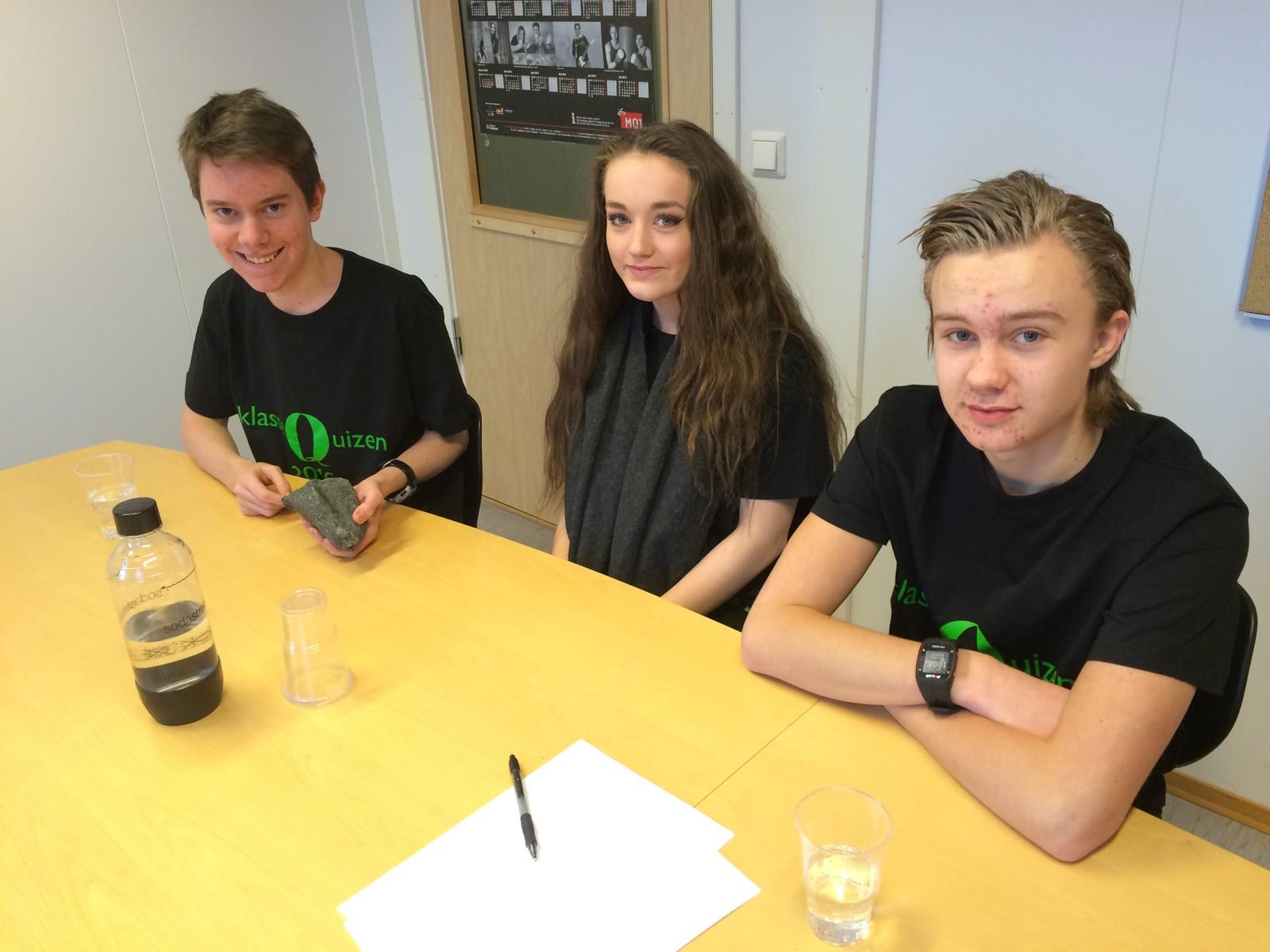 Elevene fra Hommelvik ungdomsskole i Malvik fikk 8 poeng av 12 mulige. Fra venstre: Knut Sæther, Lina Hammer, Bård Einar Murbrekk.