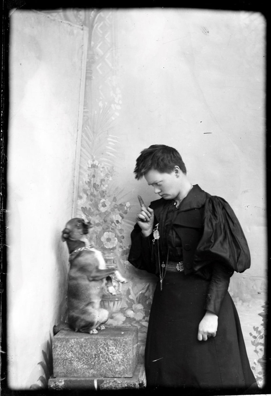 HUND: Marie Høeg og hunden Tuss.