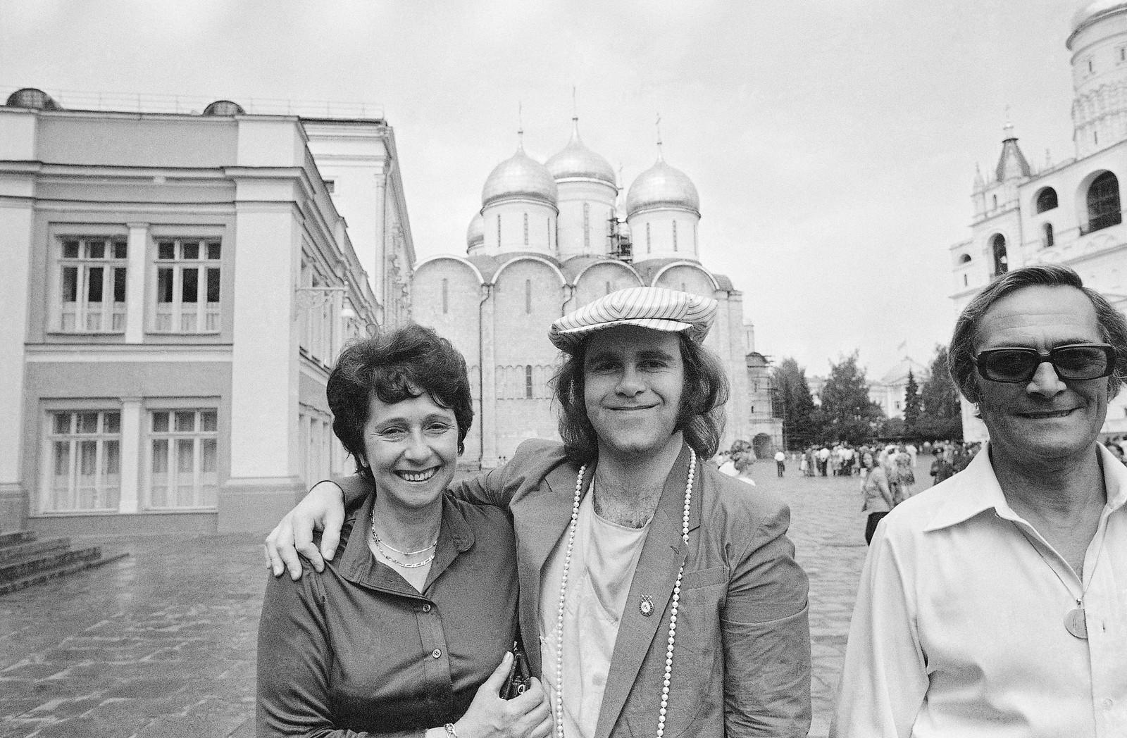 1979: På turné i Sovjetunionen. Her poserer Elton John med mora, Sheila Farebrother i Kreml i Moskva. Mannen til høgre er Elton John sin stefar, Fred Farebrother.