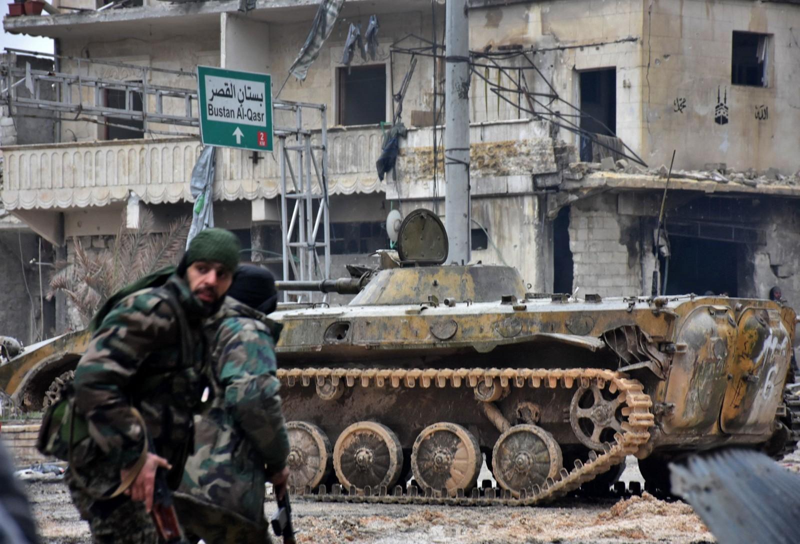 Syriske regimevennlige stryker inntar nabolaget Jisr al-Haj med beltevogner.