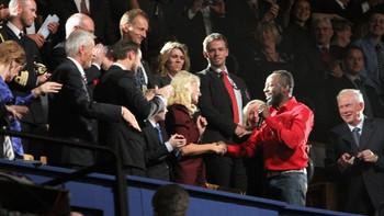 Wyclef Jean hilser på Kronprinsesse Mette-Marit på Nobelkonserten.