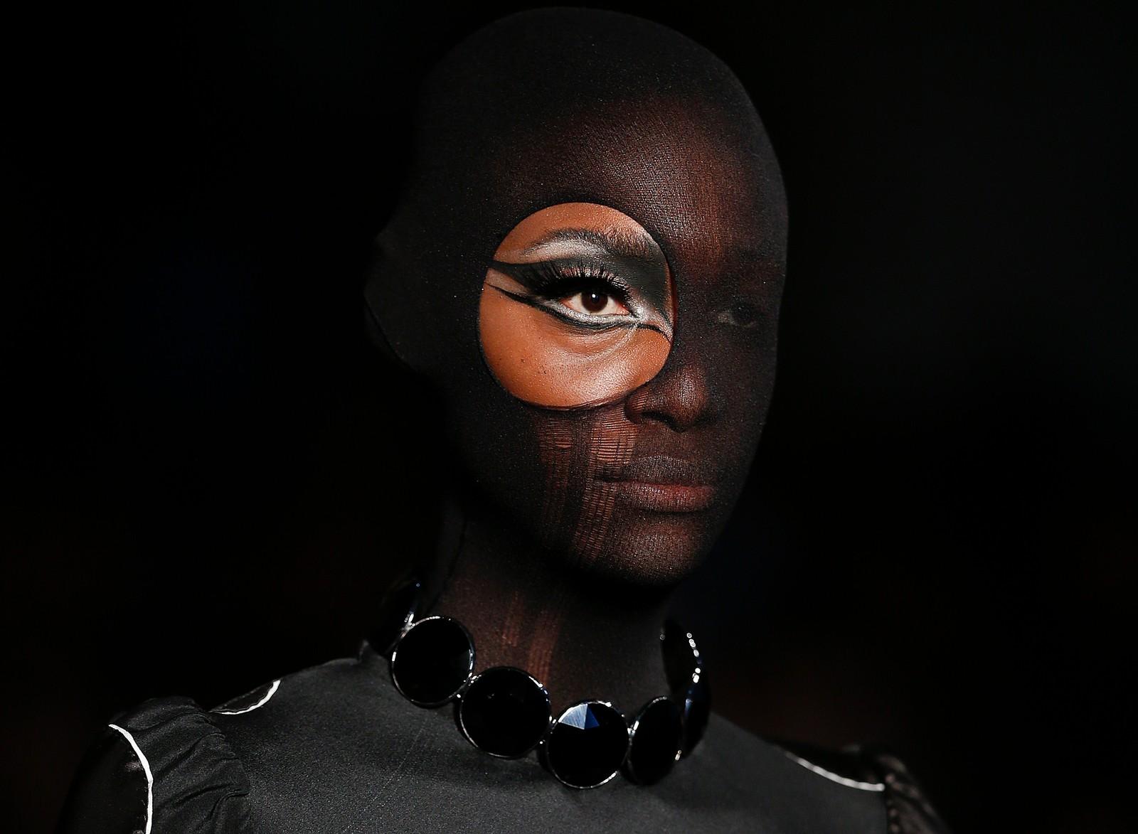 En brasiliansk modell viser et mørkt plagg fra Alexandre Herchcovitch' vinterkolleksjon under moteuka i Sao Paulo.