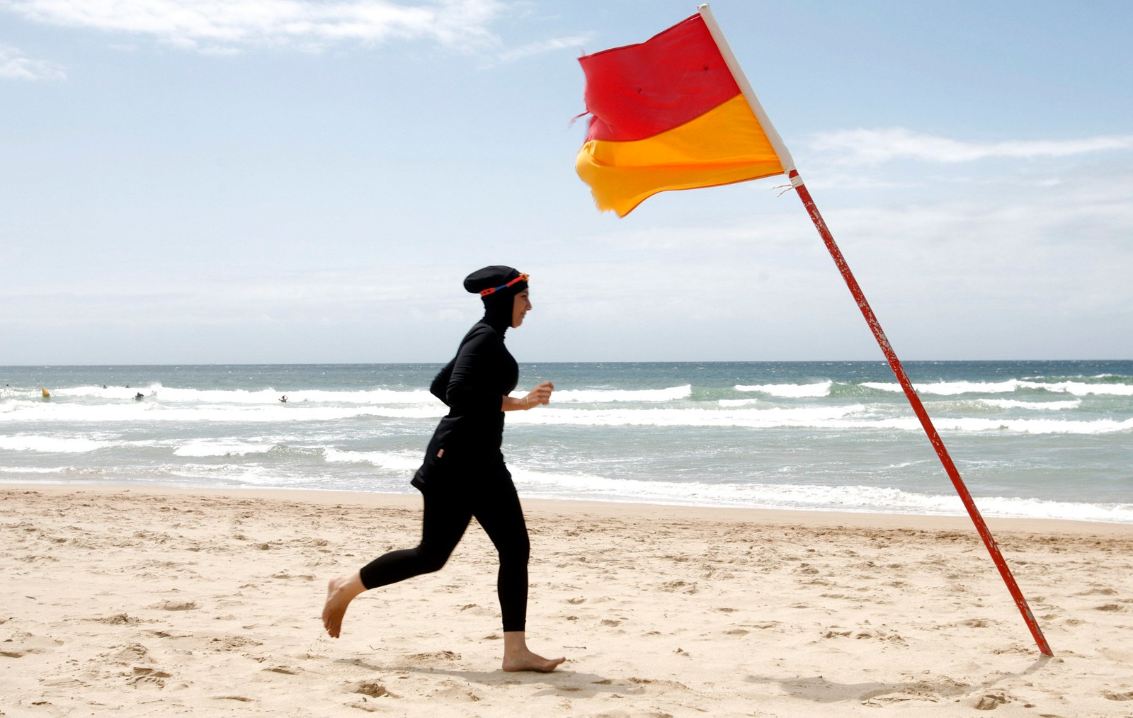 Tjue år gamle Mecca Laalaa avbildet under en test for å bli livredder på Twenty-North Cronulla Beach in Sydney, Australia.