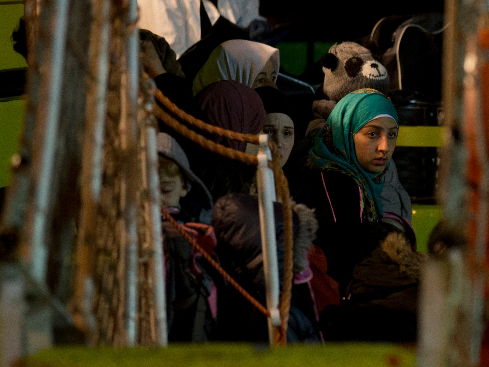 Bålflyktninger venter på å komme i land i Pozzallo i Italia 20. april 2015. De var blant 100, inkludert 28 barn, som ble reddet lørdag av et handelsskip.