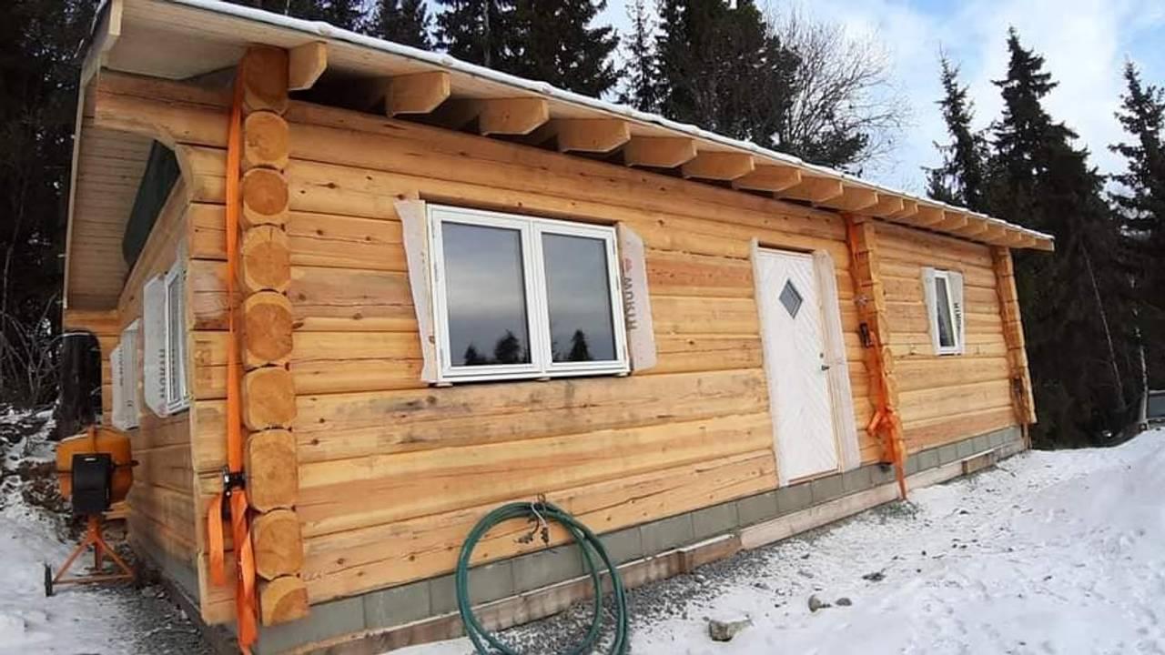 Vinduer og dører stjålet på ei hytte i Valdres.