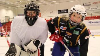 Madelen Østmoløkken (8) og Lisa Bjørklund (9)