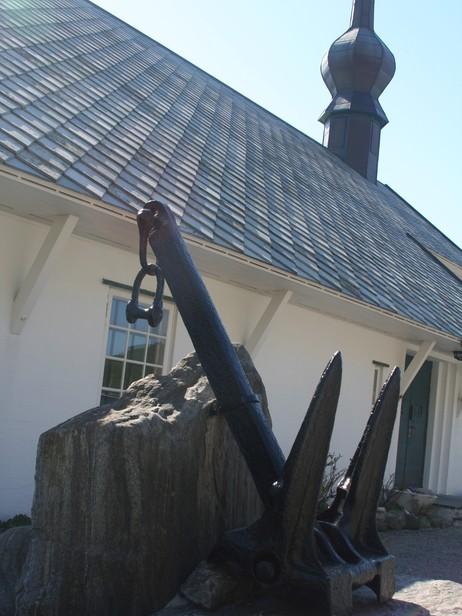 Ankeret til hurtigruteskipet Sanct Svithun utanfor Ervik kapell. Foto: Ottar Starheim, NRK.