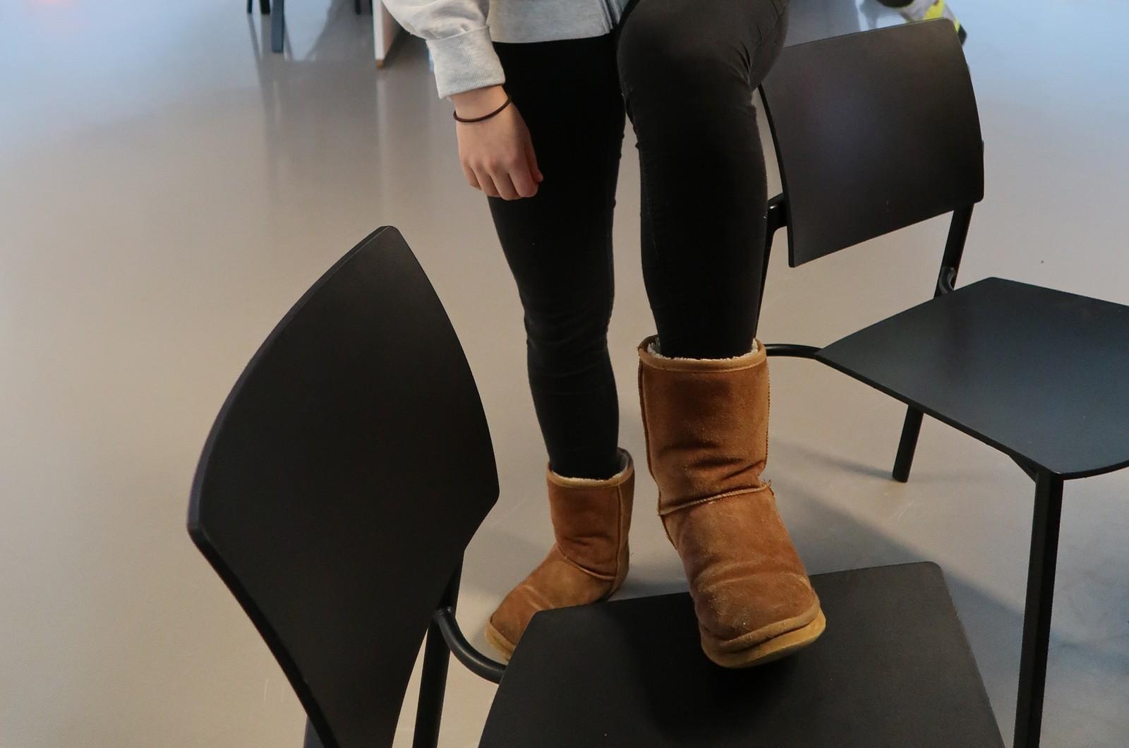 Silje Wilson Nordby sier hun hadde på seg sneakers første snødag, men i dag har hun på seg vintersko. – Jeg har kommet i den alderen at det går fint. Jeg ble så blaut på beina, sier Silje.
