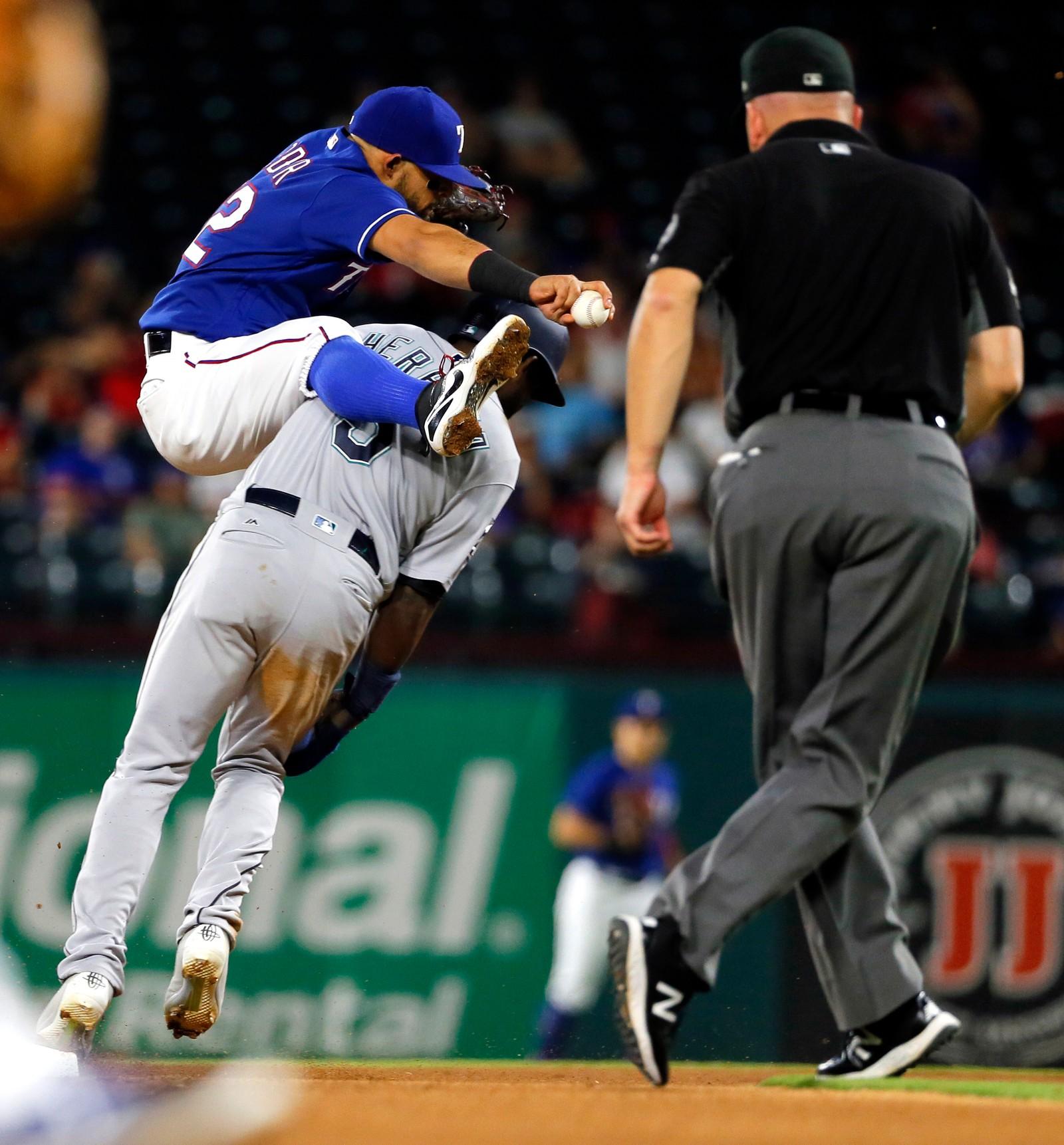 Dette er antakeligvis mot reglene. Texas Rangers' Rougned Oder forsøker å hoppe over Seattle Mariners' Guillermo Heredia, men mislykkes. Åpenbart. Det ser ut som om dommeren fikk det med seg også.
