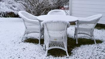 Snø på hagemøbler, 10. mai 2020.