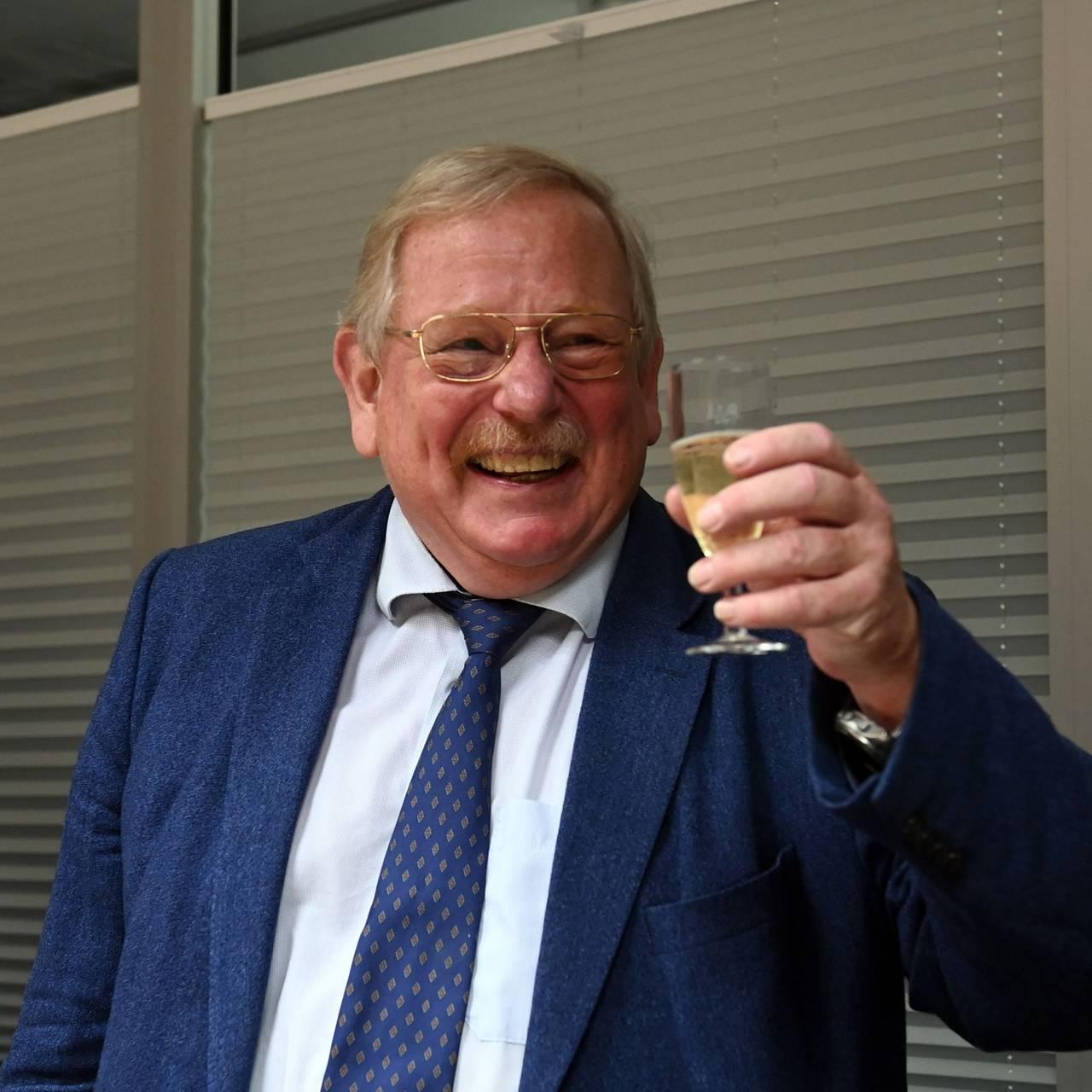Reinhard Genzel feirer nobelprisen med et glass musserende.