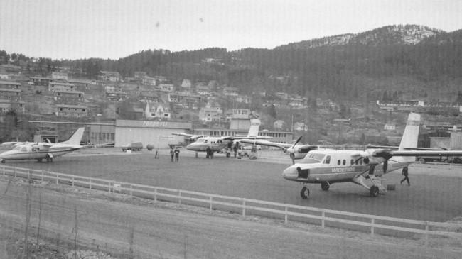 To Twin Otter-fly frå Widerøe på oppstillingsplassen på Førde Lufthamn på Øyrane. Foto: Dagfinn Reiakvam.