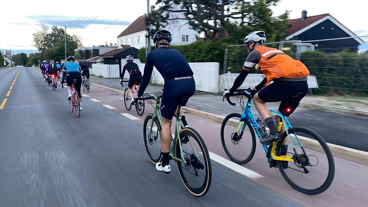 Lars Erik Lund sammen med 70 spreke syklister.