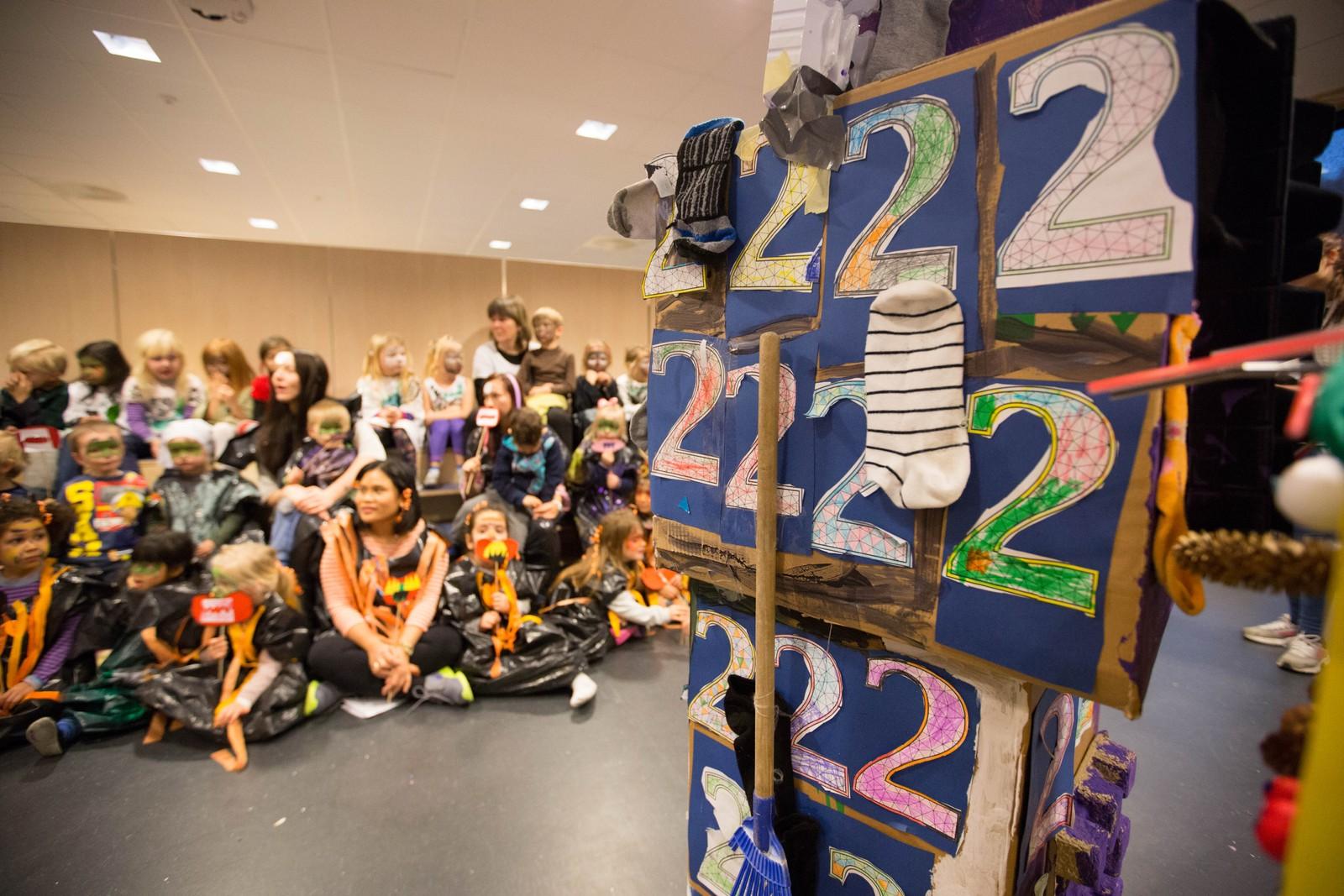 Sokketrollet er pyntet med tall som barna har laget.