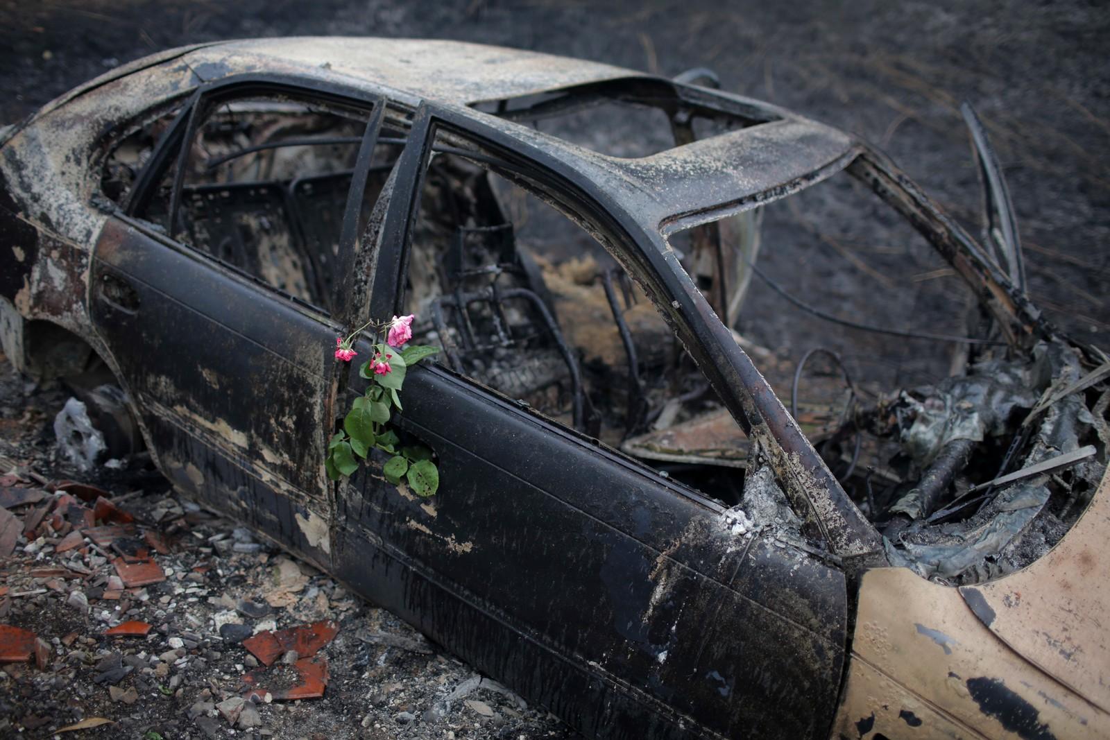 Blomster er lagt ut i en bil der en kvinne omkom i Nodeirinho.