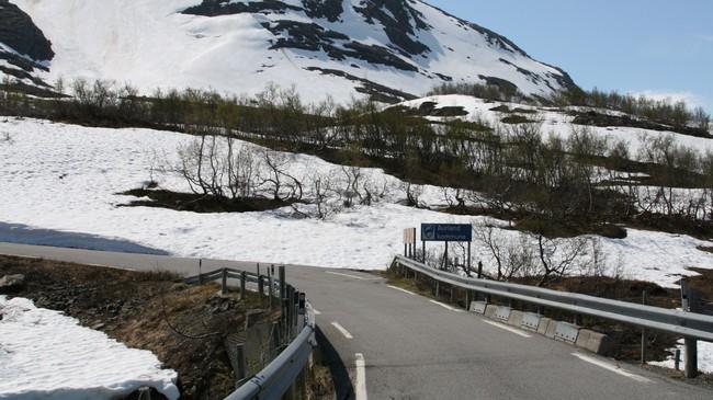 Kommunegrensa på fjellvegen mellom Aurland og Lærdal. Foto: Kjell Arvid Stølen, NRK.