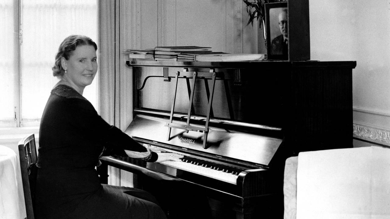Kirsten Flagstad øver på et hotell i London, foran en stor konsert i Royal Albert Hall. Flagstad ved pianoet. 1937