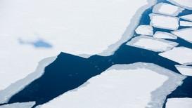 Smeltende is i fjord på Svalbard.