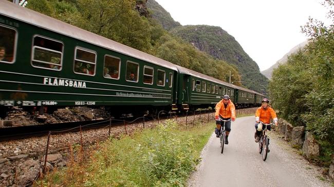 Sykkelen er eit svært vanleg transportmiddel i Flåmsdalen etter at Rallarvegen vart ei populær rute å sykle. Foto: Merete Husmo Høidal, NRK.