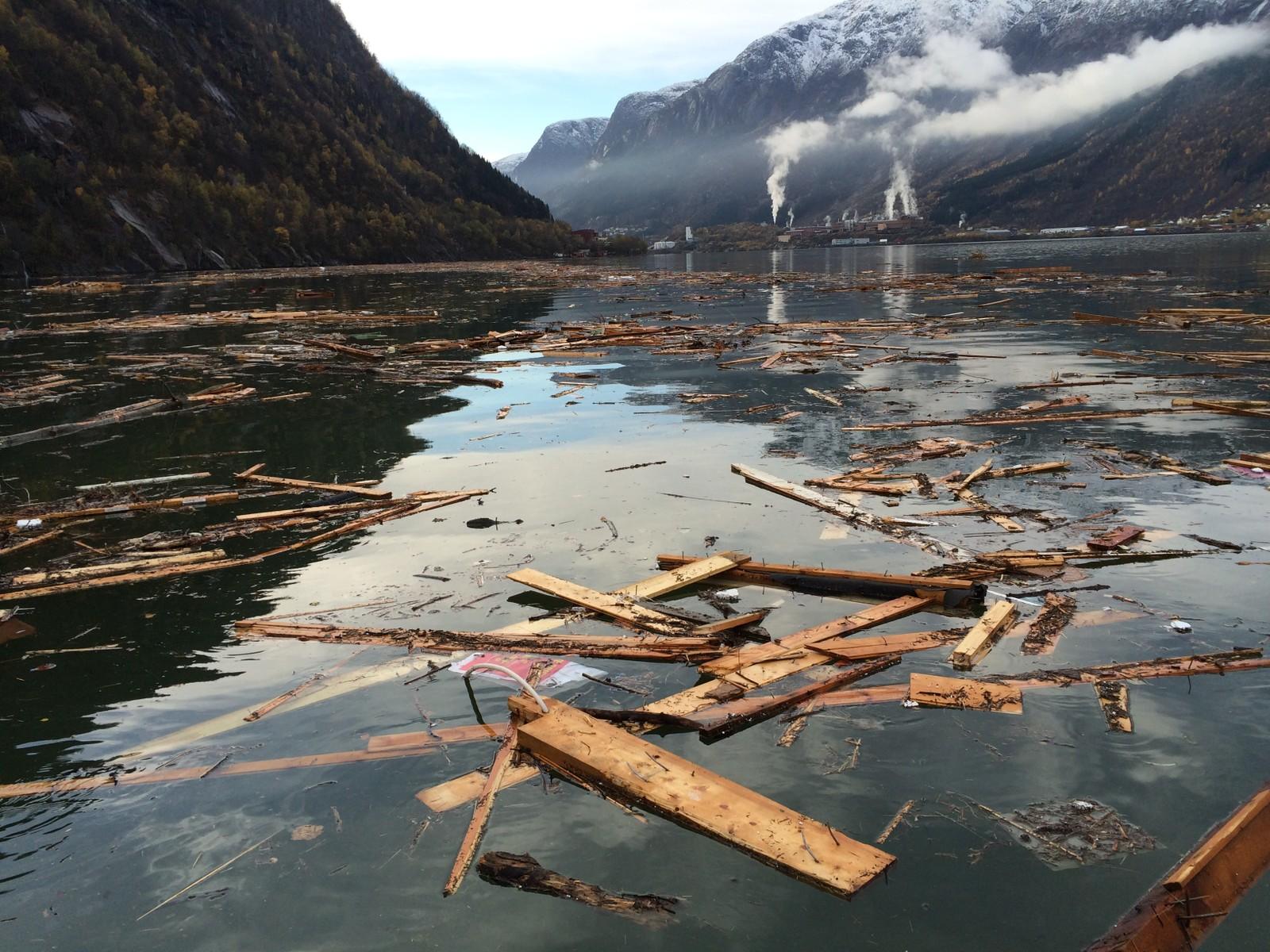 Flaumen i Opo-elva laga store spor i Sørfjorden i Hardanger. Det tok fleire dagar å rydda opp alt det knuste som hamna i fjorden i oktober i fjor.