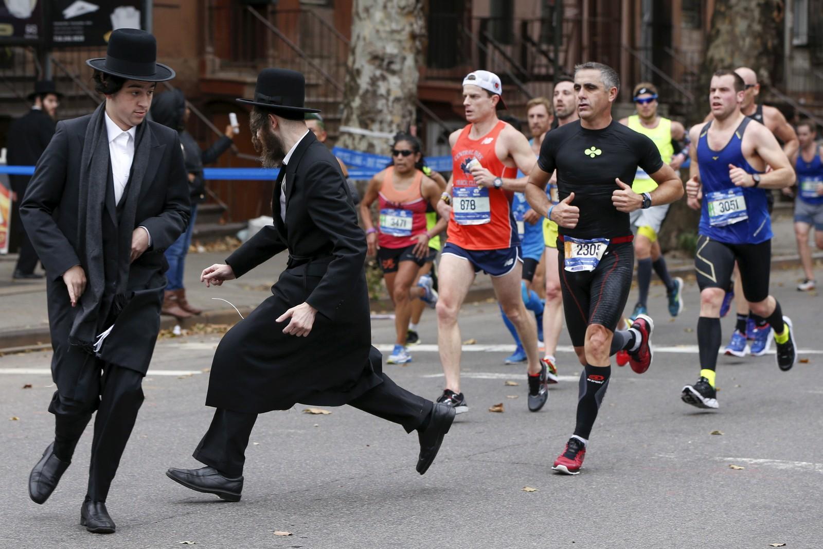 To ortodokse jøder forsøker å krysse veien under New York City Marathon, som ble arrangert forrige helg.