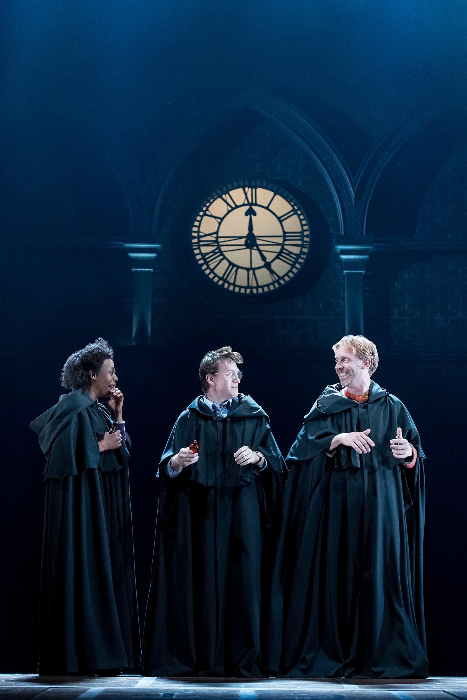 GAMLE VENNER: De møttes da de var elever på Galtvort, men er fremdeles venner. Her er Hermine Grang (Noma Dumezweni), Harry Potter (Jamie Parker) og Ronny Wiltersen (Paul Thornley) som voksne.
