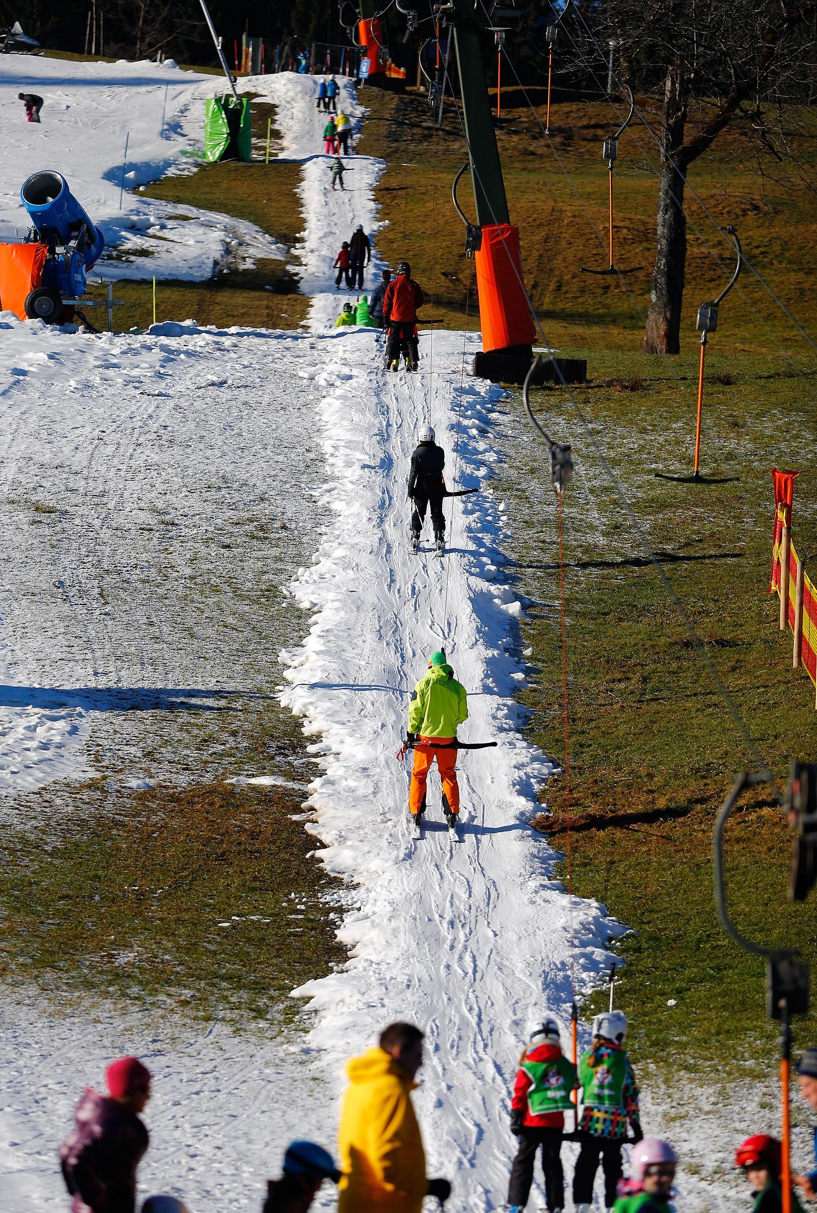 Store deler av Europa fikk uvanlig lite snø før jul. Her fra et skisenter nær Oberstdorf i Tyskland der kunstsnøen holder liv i anlegget.