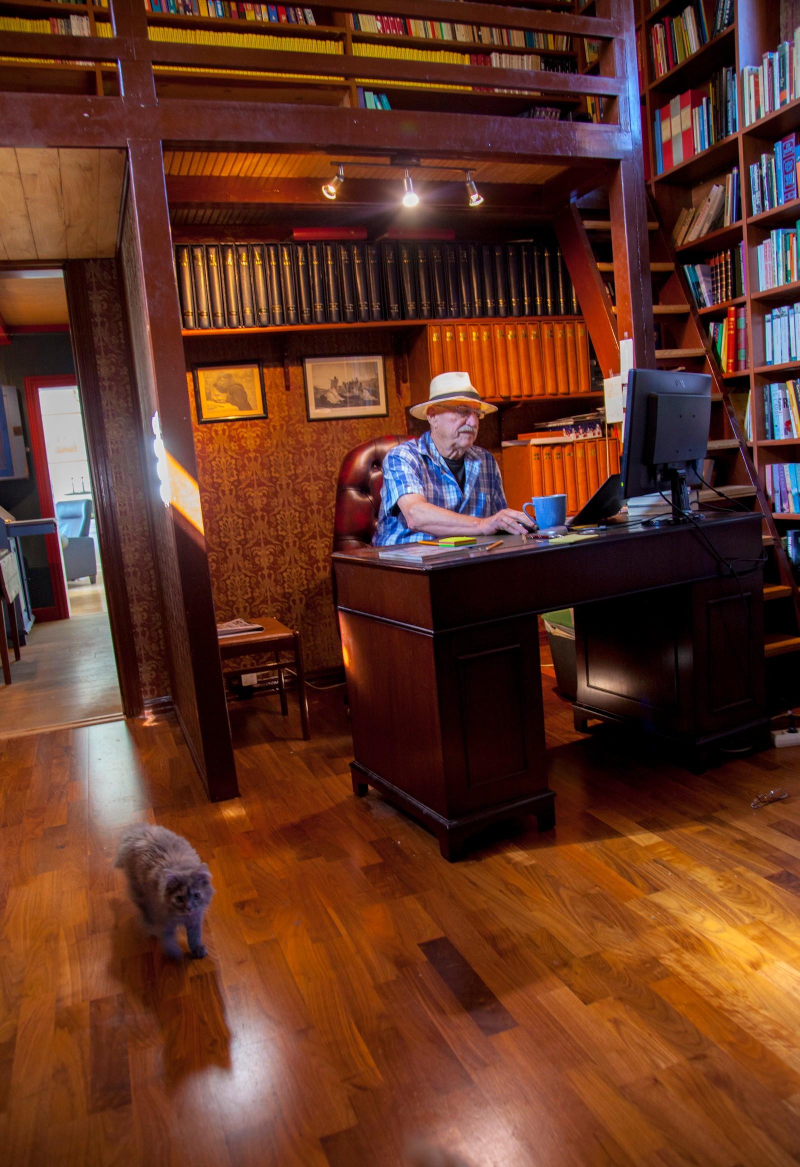 Nygårdshaug skriver alle bøkene sine i det kombinerte biblioteket og arbeidsrommet. Katten Bonnie er med overalt.