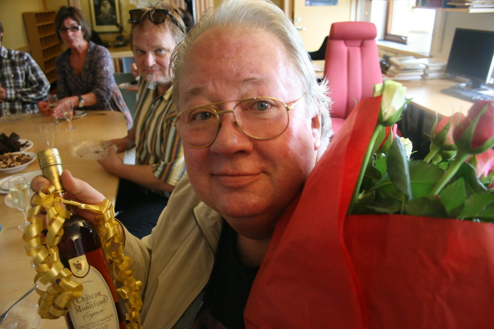 Knut Borge med blomster, kolleger og noe attåt i NRK Jazz-redaksjonen på 60-årsdagen.
