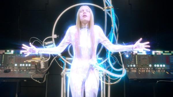 Britisk dramaserie.  Eva er den første intelligente roboten som ser ut som et menneske og oppfører seg som en tenåring.