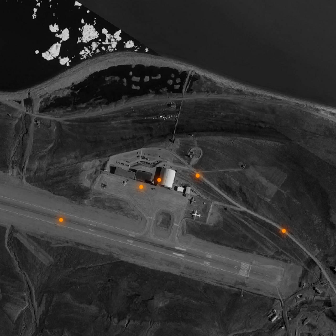 Flyfoto som viser posisjoneringer ved Longyearbyen lufthavn.