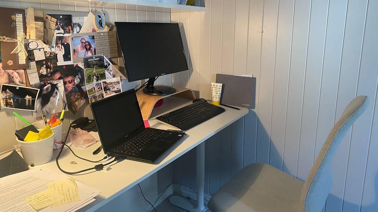 Et hjemmekontor i en krok. Fullt av bilder, tastatur, to skjermer