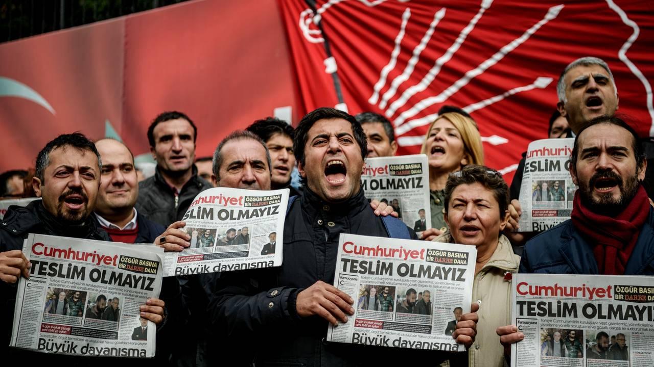 Demonstranter protesterer med en utgave en den tyrkiske avisen