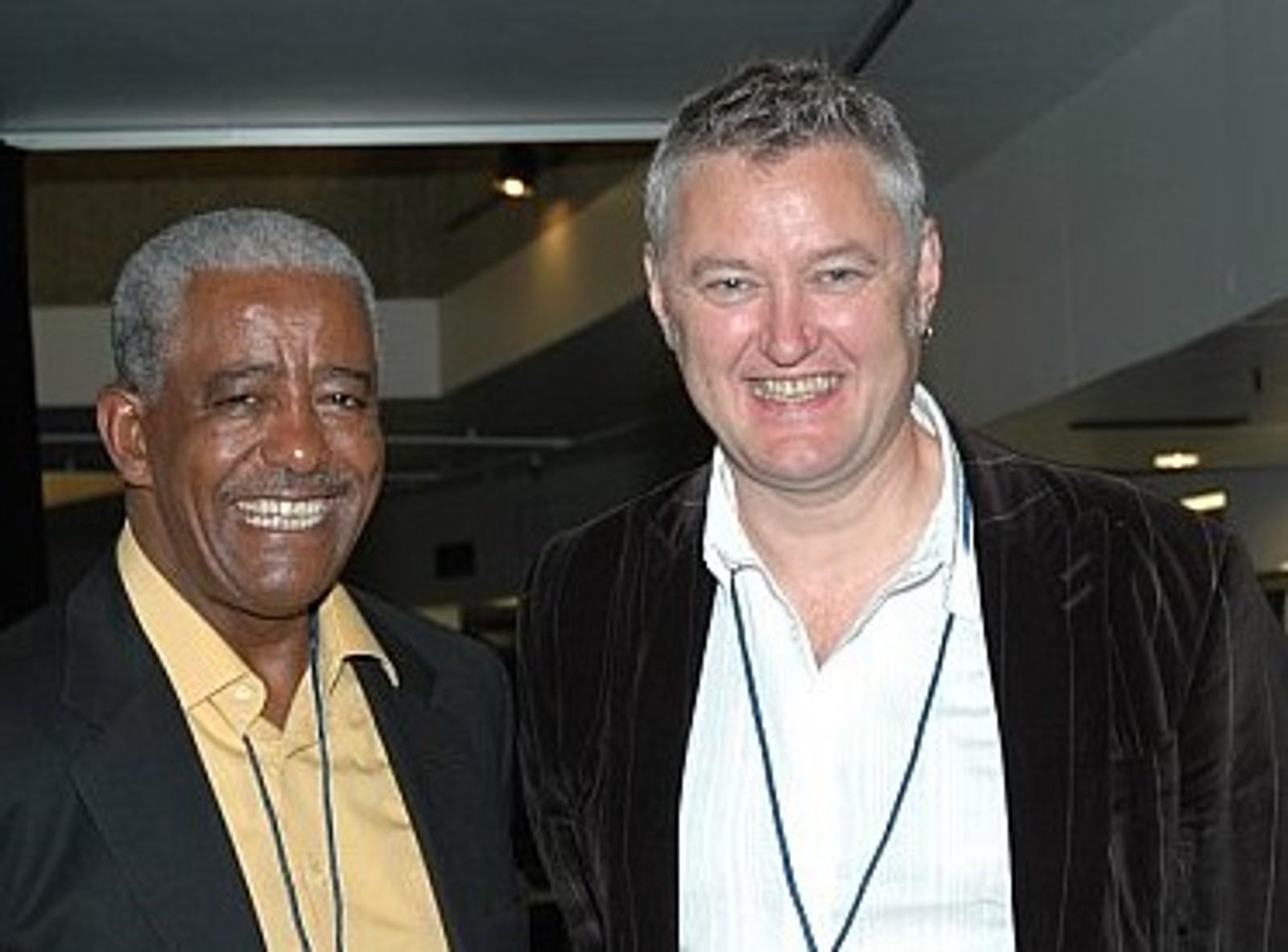 Den etiopiske legenden Mahmoud Ahmed og Arne Berg under samsending mellom BBC og NRK i London tidlig på 2000-tallet.