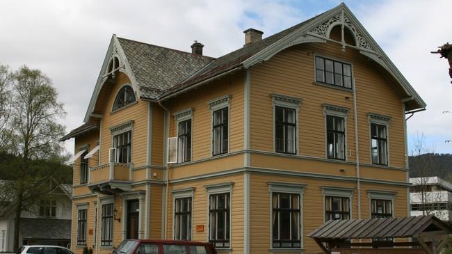 Gamlebanken i Kyrkjevegen, bygd i 1902. Foto: Kjell Arvid Stølen, NRK.