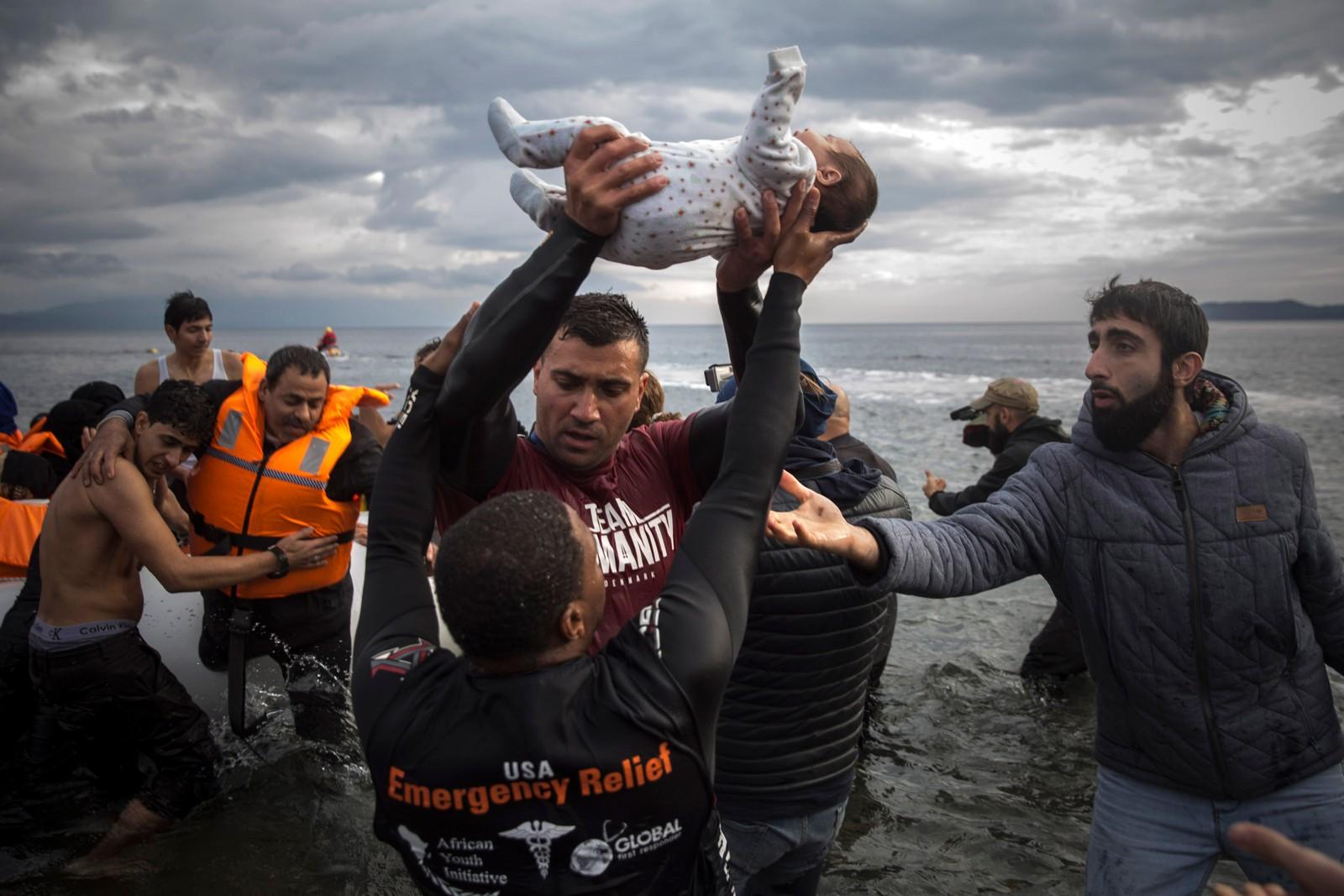 En baby fraktes i land etter at flere flyktninger ankom Lesvos fra Tyrkia onsdag denne uken.