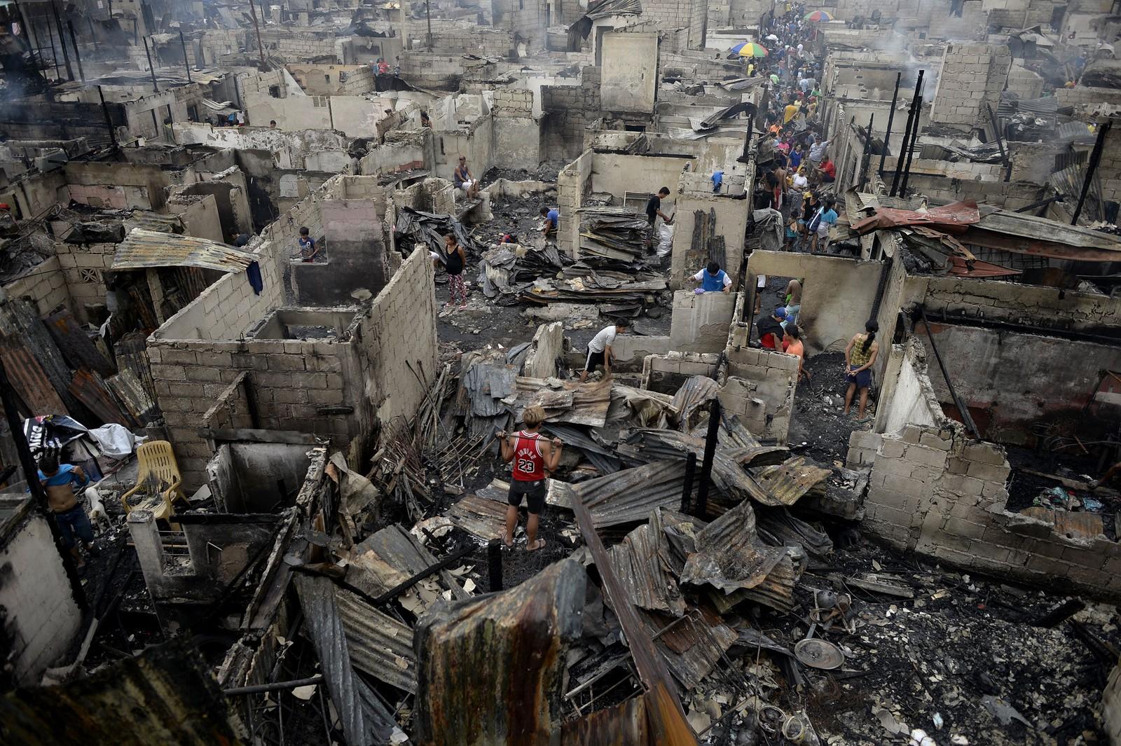 Enorme ødeleggelser etter en storbrann i slumområdet i Mandaluyong, i utkanten av Manila.