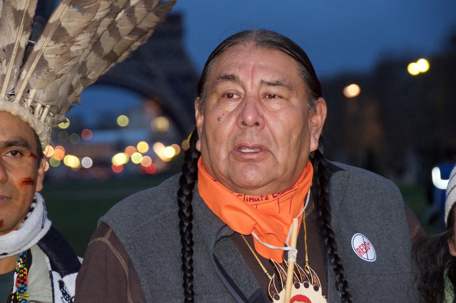 Tom Goldtooth, leder i Indigenous Enviromental Network. Urfolk samlet seg til soloppgangsseremoni nedenfor Eiffel tårnet.